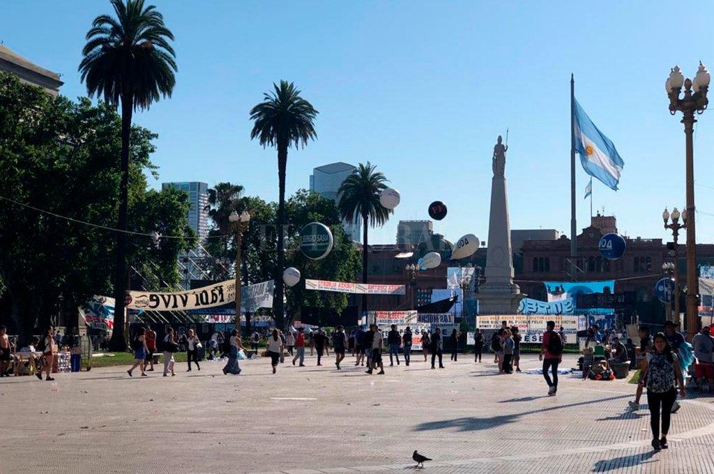 Plaza de Mayo se colma de militantes a la espera de Alberto presidente  -  -
