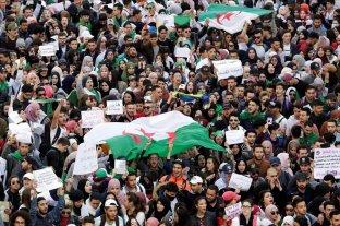 """Miles de argelinos marchan para denunciar una """"farsa electoral"""" a falta de dos días de los comicios"""