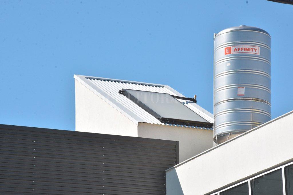 Sustentable. Los termotanques funcionan con la energía que llega a través de los paneles solares ubicados en el techo del edificio.  <strong>Foto:</strong> Guillermo Di Salvatore.