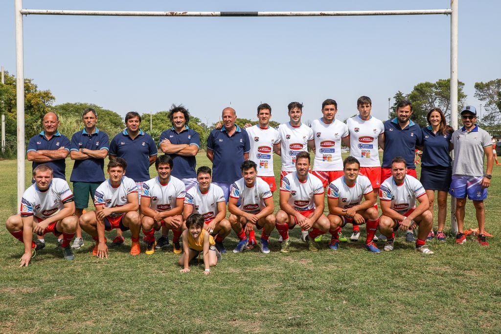 Seleccionado de Seven de la Unión Santafesina de Rugby </BREVES TXT>El plantel y el staff que participó de la trigésimo sexta edición del certamen UAR, alcanzado el octavo puesto final. De ese modo, alcanzó el objetivo de mantenerse en la Zona Campeonato.  <strong>Foto:</strong> gentileza Franco Perego
