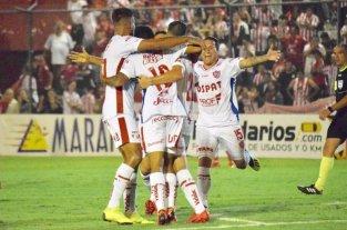 Darío Bottinelli, uno que se va; Javier Méndez, uno que se queda - Darío Bottinelli jugó apenas dos partidos, tenía contrato hasta junio pero se llegó a un acuerdo para rescindir. En la foto, llega para el festejo del gol que Unión marcó en Tucumán ante San Martín, en la ida de la Copa de la Superliga. -