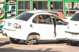 Accidente fatal: Un automovilista embistió a una moto y un peatón