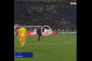 Video: Un jugador del Lyon le quitó una bandera racista a un hincha que atentaba contra su compañero