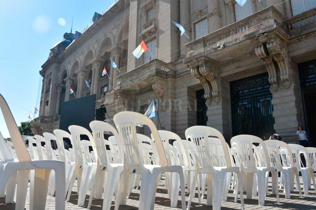 Con Alberto Fernández y de la mano de Perotti, el PJ retorna al poder - Preparativos en la explanada de Casa de Gobierno -