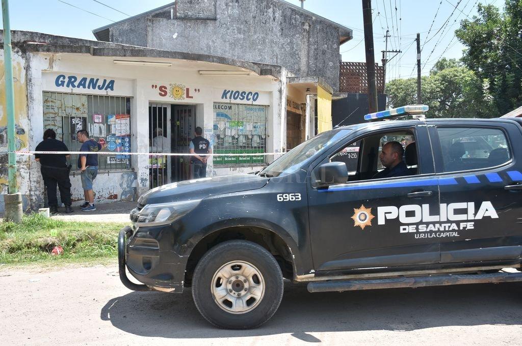 El robo se produjo este lunes en un comercio de avenida Luján y calle Zavalla de Santo Tomé, en momentos en que el comerciante recibía a un repartidor. Crédito: Flavio Raina