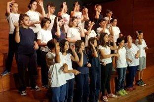 Egresaron los primeros alumnos de primaria con formación en lengua de señas del país