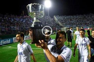 Insólito: Se cayó la copa del campeón uruguayo al foso