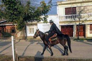 """Insólito: disfrazado y a caballo por el centro, pidió por la vuelta de """"El Zorro"""" -"""