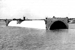 Cumple 50 años el túnel que une bajo el río a Santa Fe y Paraná - Colocación tubos -