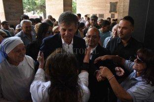 """Jatón: """"La Municipalidad está en crisis, y con casi nada de dinero"""" - Permiso... Emilio Jatón hace su ingreso al Palacio Municipal para ocupar la intendencia. -"""