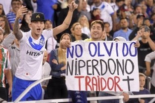 Sanción para un hincha de Vélez que colgó una bandera contra Mauro Zárate