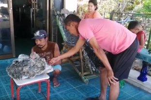 Insólito: Caminaba por la playa y encontró vómito de ballena valorado en 700.000 dólares
