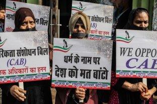 """Miles de indios protestan contra una polémica ley de ciudadanía que consideran """"antimusulmana"""""""