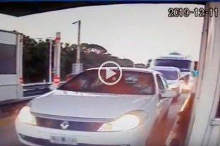 Video: Un camión embistió varios vehículos en un peaje -