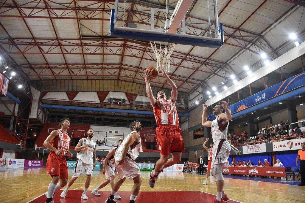 Pablo Martínez, de Unión, a puntos de convertir. El jugador tatengue tuvo una destacada actuación. <strong>Foto:</strong> Manuel Fabatia