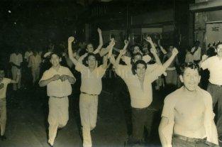 Se cumplen 54 años del primer ascenso de Colón en 1965 - Así festejaban los hinchas Sabaleros en las calles de Santa Fe -