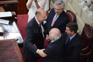 Decreto de Perotti para congelar otros 9 de Lifschitz - El saludo entre Perotti y Lifschitz en la Legislatura. Con ellos el presidente Alberto Fernández y el senador Rubén Pirola.
