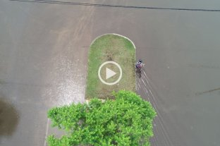 Desde el drone: la travesía de un ciclista en Av. Facundo Zuviría -  -