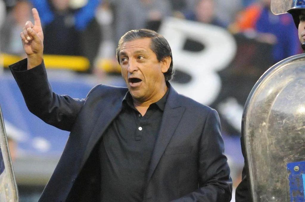 """""""Yo no...ehhh..."""". El famoso gesto de Ramón Ángel Díaz, el día que La Bombonera le cantaba por el famoso descenso de River Plate. """"Yo no me fui a la B...yo no..."""", es lo que parece explicar el riojano con su seña. Vignatti apuntó a Ramón y """"Pancho"""" Ferraro le ofreció un contrato millonario para lo que es el fútbol argentino. Quedará sólo en un sueño porque el DT se irá a Paraguay.  <strong>Foto:</strong> Archivo"""