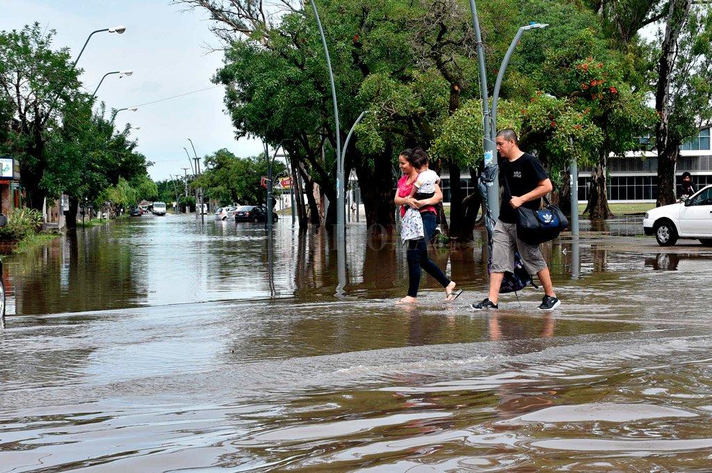 Inundados. Varios barrios de la ciudad de Santa Fe sufrieron las consecuencias de la gran cantidad de agua caída en pocas horas.  Crédito: Flavio Raina.