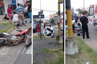 Video: el choque de un auto y una moto dejó un hombre lesionado