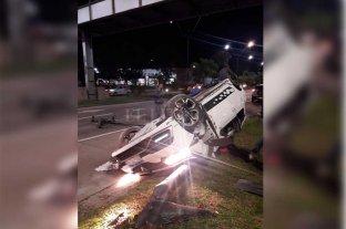 Volcó un auto y tumbó un semáforo de la Av. 27 de Febrero