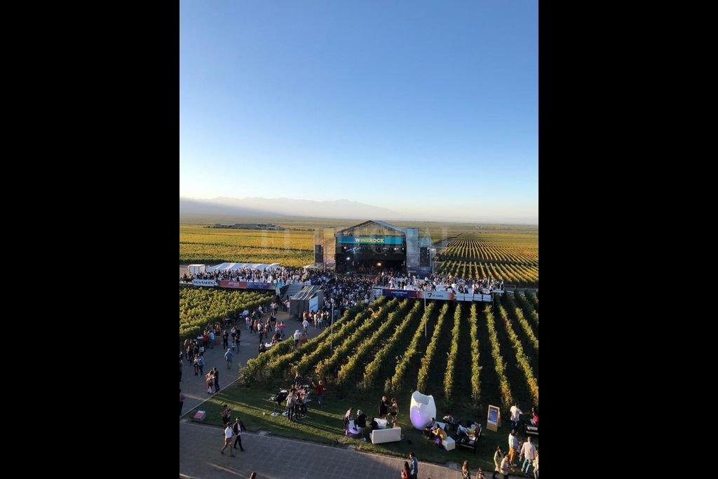 La experiencia es vivida por el público y los artistas con un espíritu de celebración, enmarcado por los viñedos y la cordillera de los Andes como telón de fondo. <strong>Foto:</strong> Gentileza producción