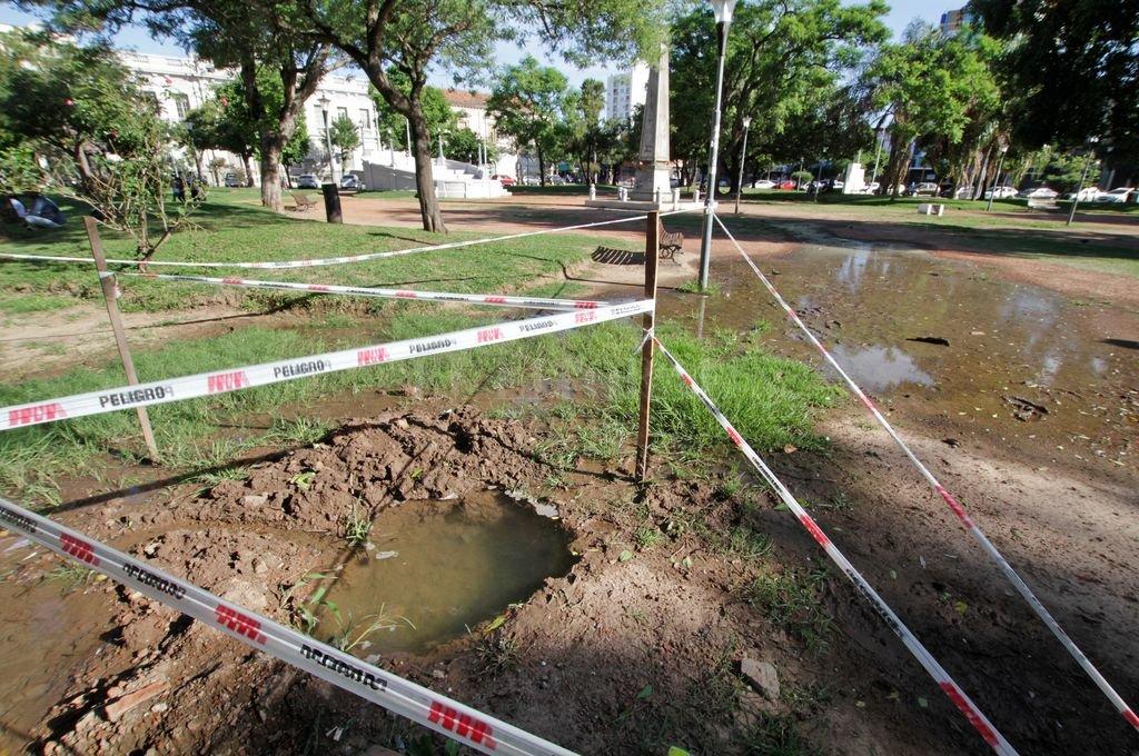 Abandono. El gran charco es un símbolo de un espacio verde postergado. <strong>Foto:</strong> Pablo Aguirre