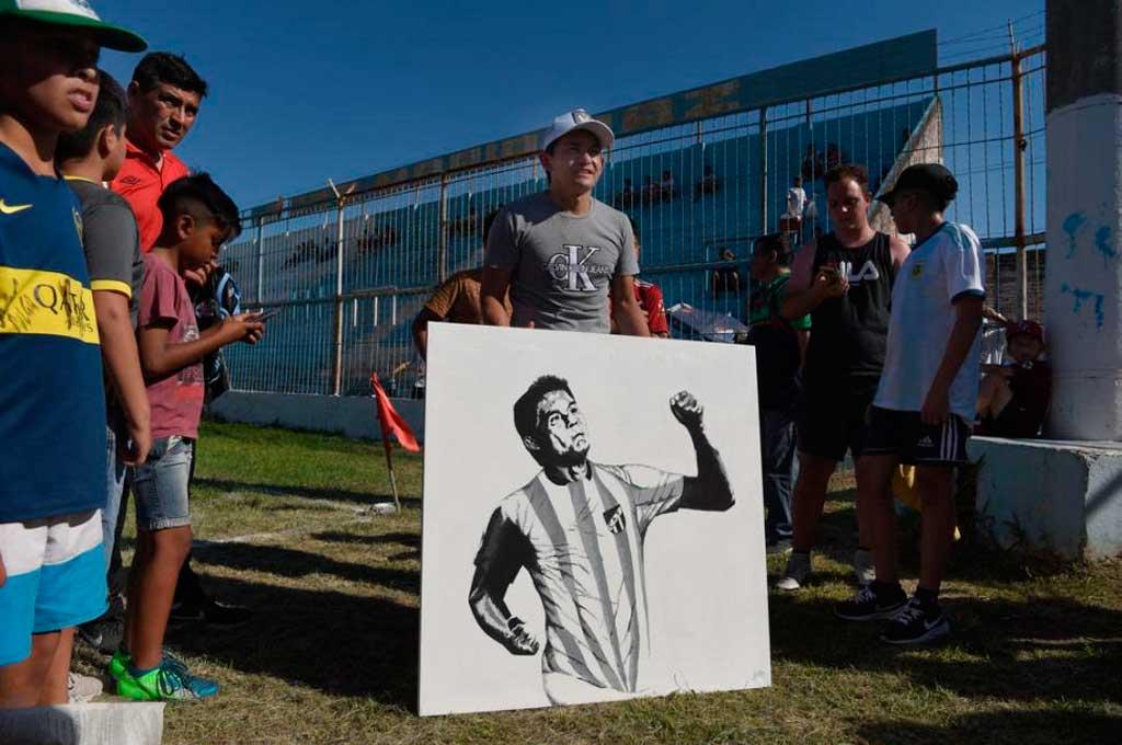 En Tucumán es ídolo. Rodríguez recibió un retrato en el marco del partido solidario que él organizó <strong>Foto:</strong> Gentileza La Gaceta de Tucumán