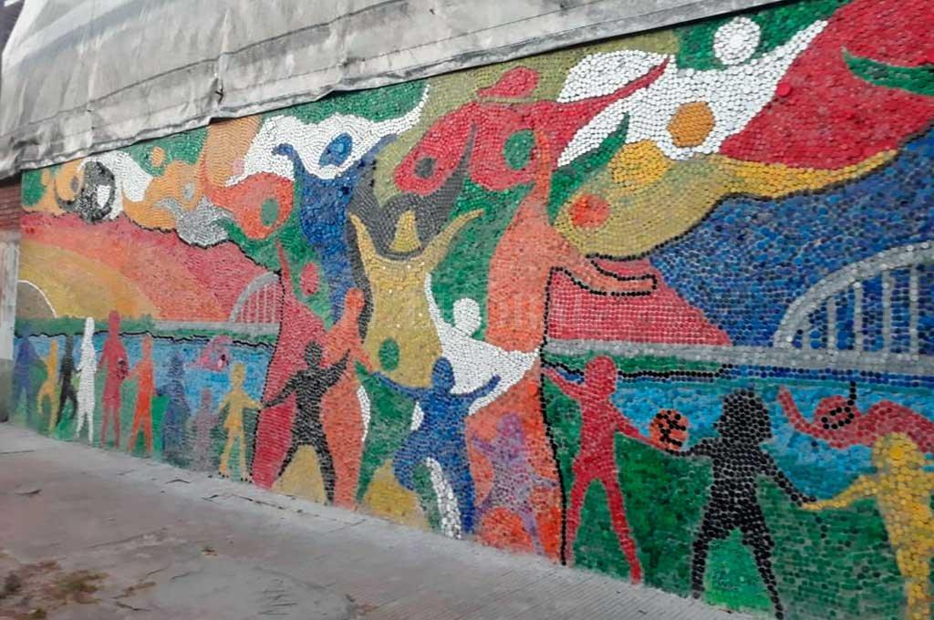 Mensaje. Mural alegórico, hecho con tapitas y ubicado en el sector del natatorio climatizado de Unión Santo Tomé. Además del valor estético que implica el trabajo, resguarda la intención de preservar el medio ambiente y la convivencia en comunidad. <strong>Foto:</strong> El Litoral