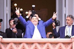 Maradona visitó a Fernández en la Rosada y salió a saludar por el balcón