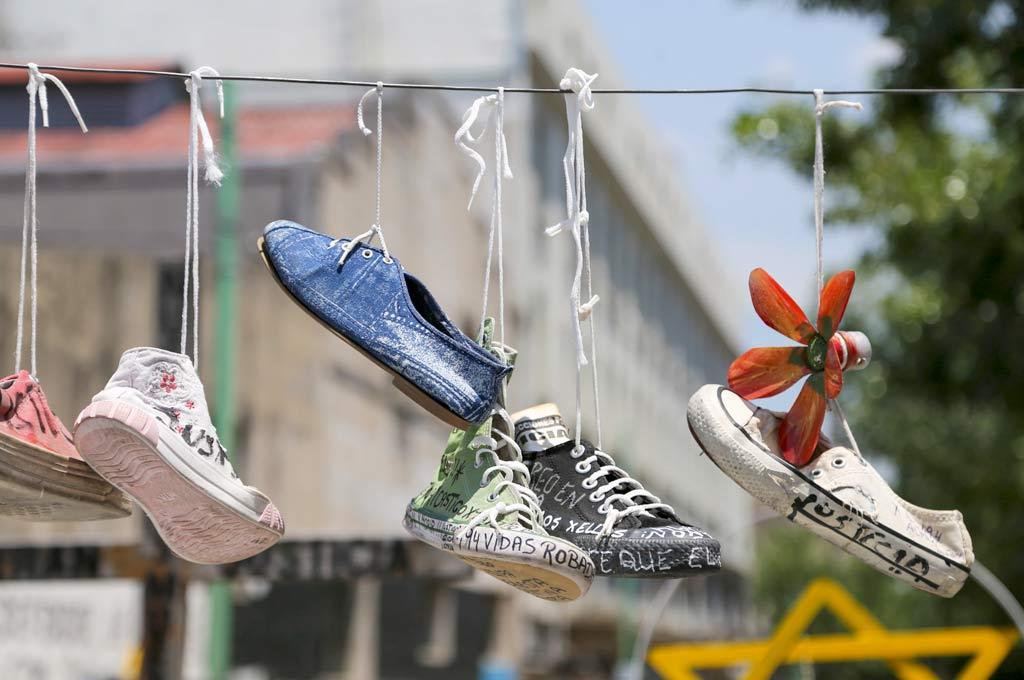 Las zapatillas colgando de los cables, una imagen emblemática de la tragedia que marcó a una generación.  Crédito: Archivo.