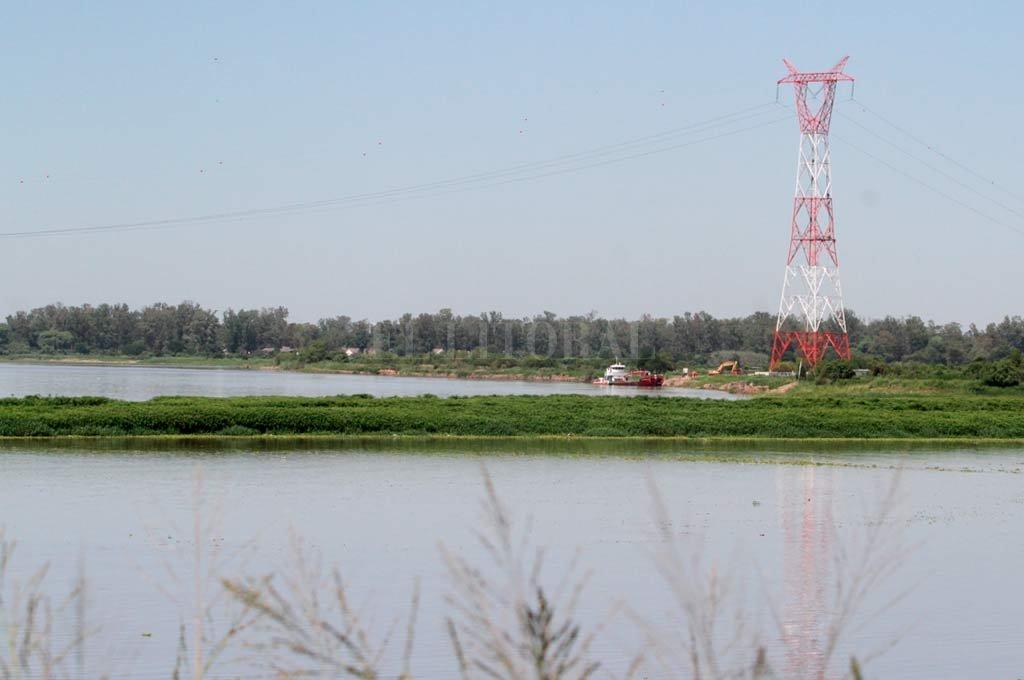 Garantía. La nueva antena elevó los cables de 27 a 88 metros, asegurando la navegación en la zona. <strong>Foto:</strong> Mauricio Garín.