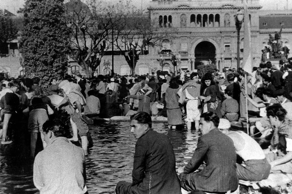 """El peronismo propone y resuelve un ágora: la plaza y el 17 de octubre de 1945. """"Las patas en la fuente"""" construyen una historia. <strong>Foto:</strong> Archivo El Litoral"""