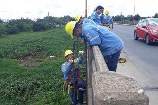 """Puente Carretero: rompieron cables y los operarios """"colgados"""" repararon el daño"""