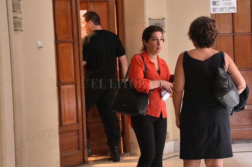 Las fiscales María Laura Urquiza y Mariela Jiménez antes de las audiencias realizadas a los cerca de 40 imputados que tiene la causa. <strong>Foto:</strong> Flavio Raina