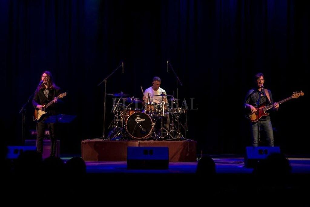 Francisco Martínez en voz y guitarra, Eduardo Goyri en batería y Alejandro Teiler en bajo integran esta propuesta de blues, soul, funk y rock. <strong>Foto:</strong> Gentileza Gus Arrellaga / Lechuza Films