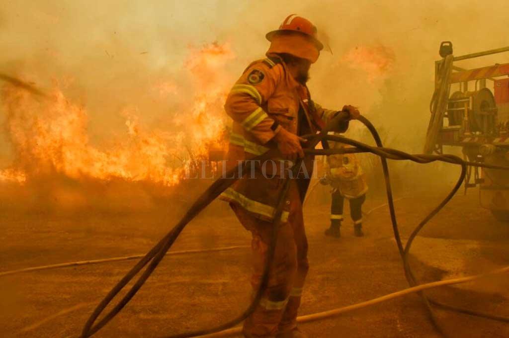 Los bomberos de Australia trabajan sin descansar para combatir las llamas. <strong>Foto:</strong> @NSWRFS