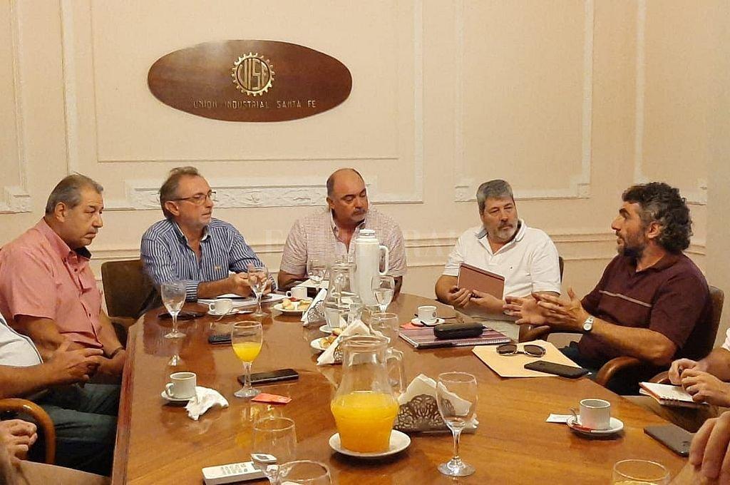 Costamagna y Martín en la cabecera de la larga reunión par analizar necesidades energéticas del sector productivo. <strong>Foto:</strong> Unión Industrial de Santa Fe