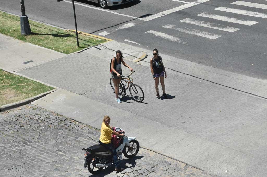Peatón, bici y moto, ¿quién pasa primero? En muchos sectores del ejido urbano el tránsito está desordenado. El proyecto en carpeta intenta articular todos los sistemas de movilidad de forma complementaria. Crédito: Flavio Raina