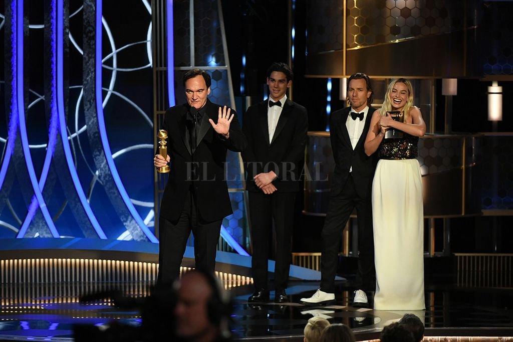 Tarantino agradeciendo el premio al Mejor Guión, acompañado por Margot Robbie (quien interpretó a Sharon Tate). <strong>Foto:</strong> Gentileza HFPA