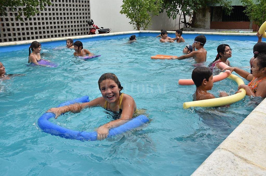 Barrio Chalet. Los chicos del suroeste de la ciudad, disfrutando del primer día de colonia, en la vecinal Chalet. Crédito: Flavio Raina
