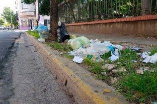 Basura acumulada en la vereda de Urquiza al 2200
