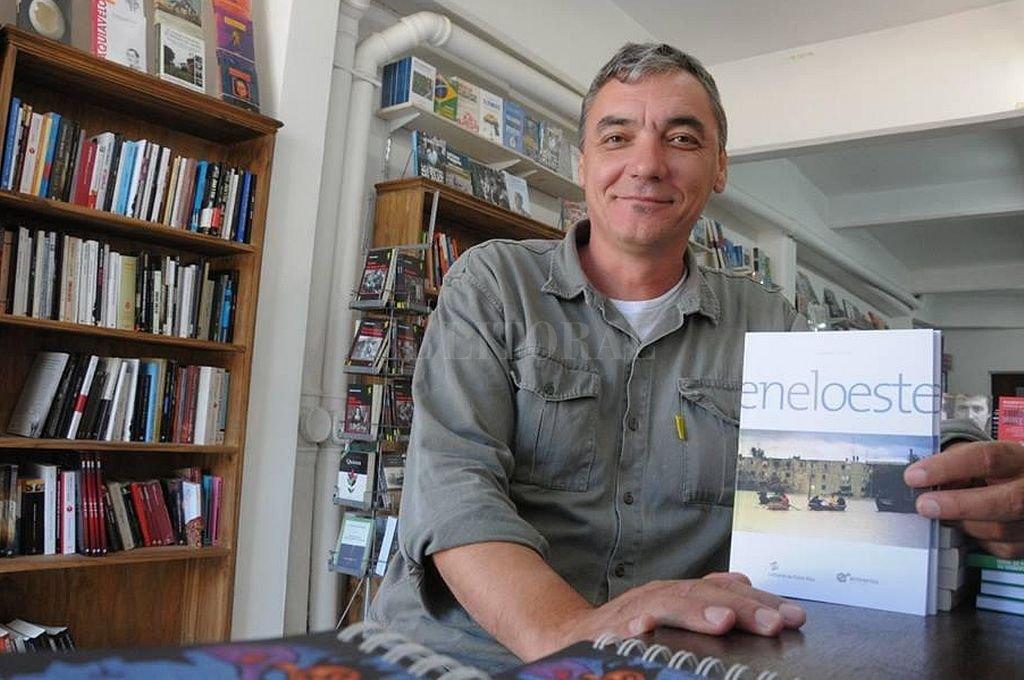 El autor con su anterior libro. Crédito: Archivo El Litoral
