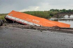 El acoplado de un camión volcó en un puente del suroeste de Santa Fe
