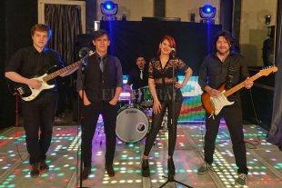 """A bailar, que está todo bien - La formación actual de la banda: Alex Russell-White (bajo), Diego Arenales (voz), Ricardo """"Chichilo"""" Ramírez (batería), Laura Kretschmen (voz) y Cristian Deicas (guitarra). -"""