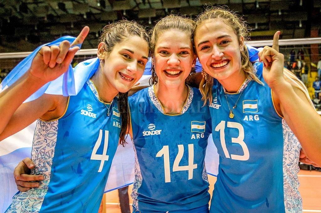 Mayer (centro) celebra el logro alcanzado por las chicas del Seleccionado de voley. Crédito: Telam