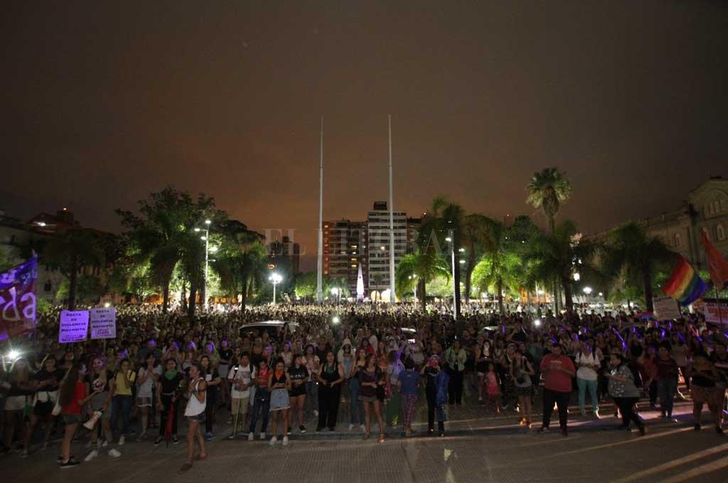 """Los ecos del reclamo llegaron hasta la Casa Gris, donde un día después del femicidio cientos de mujeres se concentraron en la capital provincial para decir """"Basta"""". Crédito: Pablo Aguirre"""