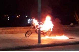 Insólito: prendió fuego su moto para que no se la secuestren por falta de papeles