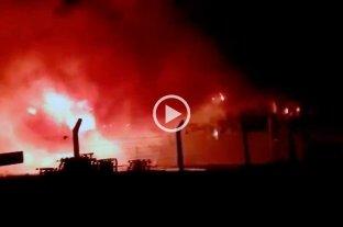 Video: voraz incendio destruyó un depósito de Paraná